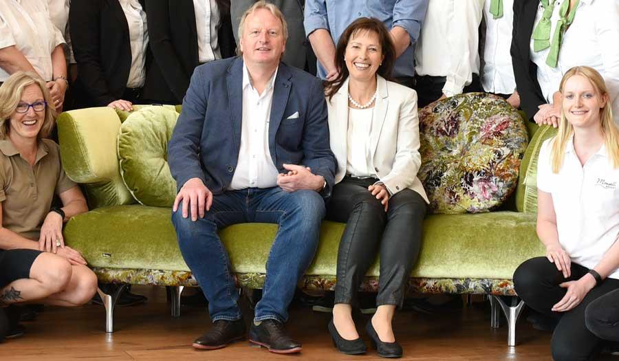 Hoteleigentümer Wolfgang Maier und unsere Direktorin Sabine Groninger