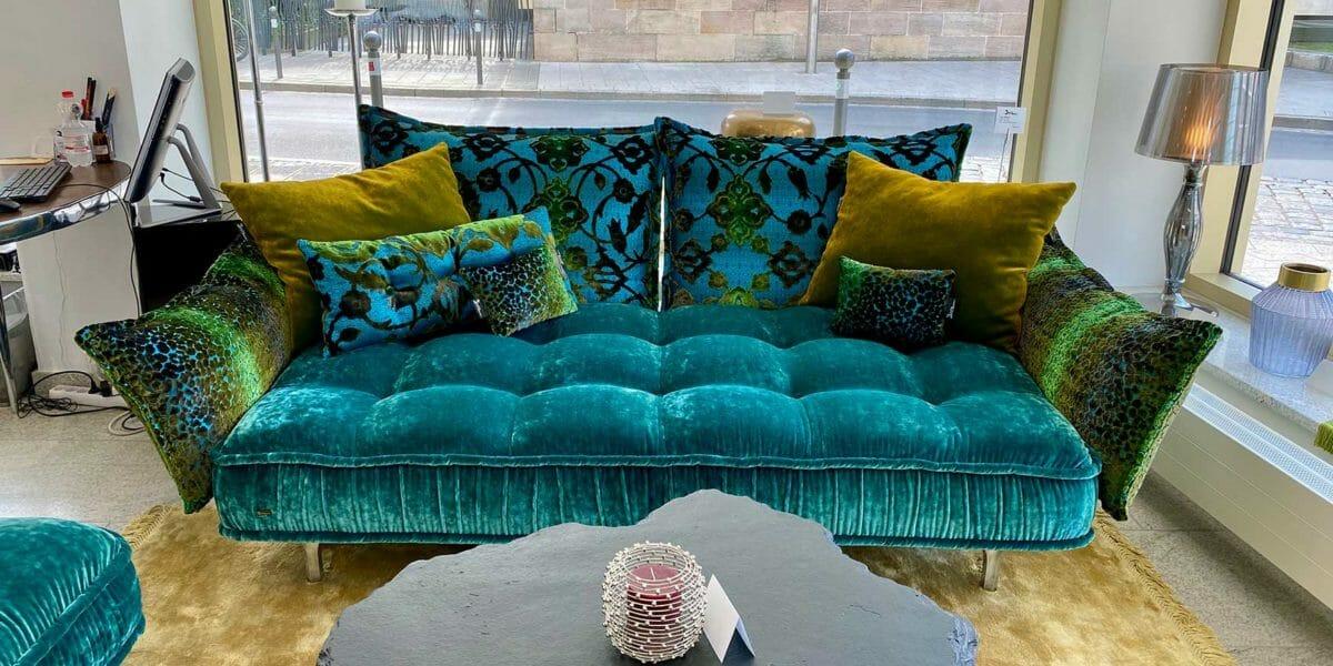 Bretz Sofa Ohlinda F118 in Lagoon blue/arabesk türkis Bezug als Ausstellungsstück