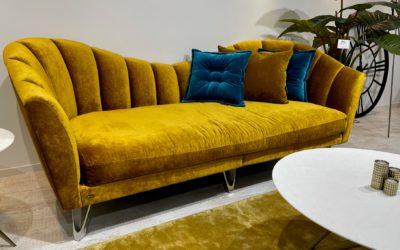Bretz Sofa La Collina F111 in Honey Bezug als reduziertes Ausstellungsstück